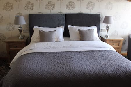 Super king en-suite room - Corby - Bed & Breakfast