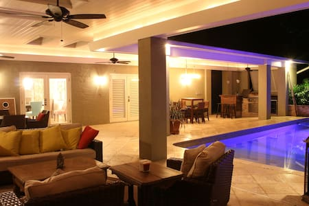 Secluded Luxury Lakefront Retreat - Maitland - Ház
