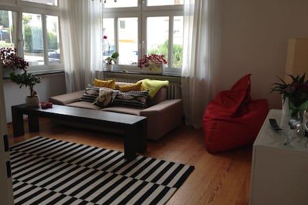 Sonnige Altbauwohnung im Zentrum - Apartment