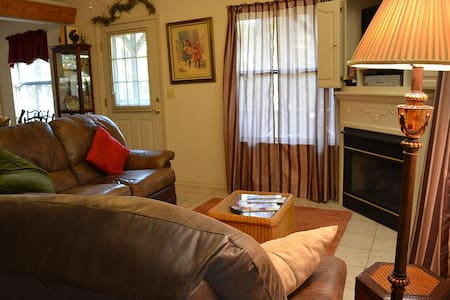 Miss Martha's Pine tree Cottage - Bed & Breakfast