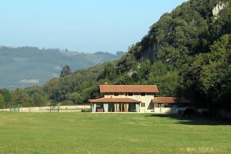 Casa de montaña en un valle mágico - Cabana