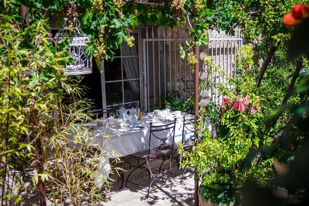 Le pett déjeuner servi dans le jardin en été