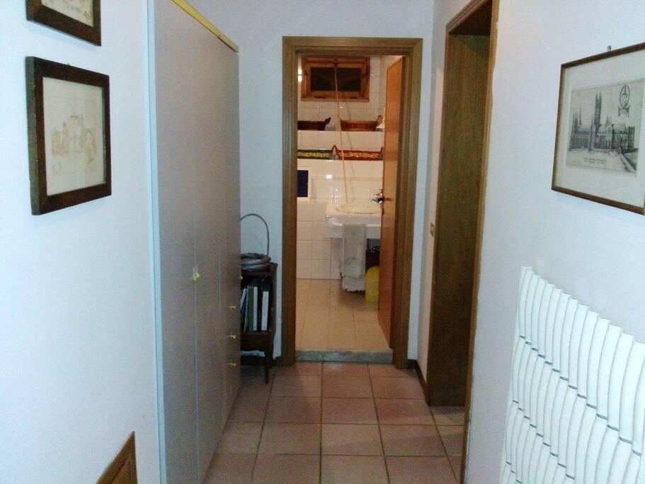 Il corridoio, con il bagno in fondo