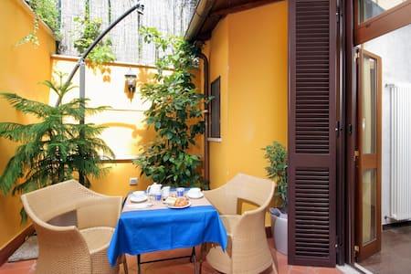 B&B Colosseo's door, Patio  - Bed & Breakfast