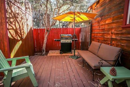 Adorable Single Story Small Cabin~Mountain Neighborhood~Warm and Cozy~WiFi~ - Sugarloaf