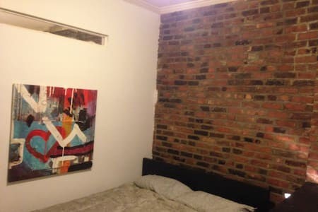 Spacious room with queen bed and 2 windows which face onto the street. Offering amazing light during the day. The room is in a gorgeous exposed brick 3 bedroom apartment which means you'll be sharing the apartment with my 2 lovely flatmates.