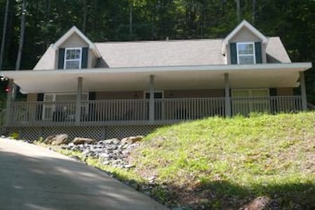 Smoky Mountain Vacation on 4 Acres  - Huis