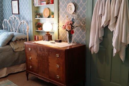 Historic Farmhouse Victorian Room - Haus