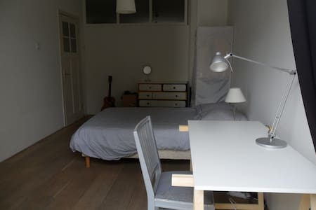 Spacious room in comfy appartment Amsterdam Zuid - Lakás