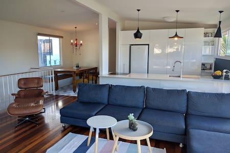 Pet friendly beachhouse among cafes - Tugun
