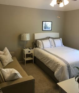 Fresh, newly decorated private bedroom. - Fresno - Hus