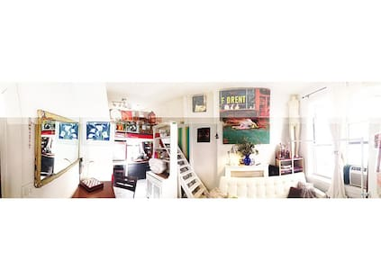 Great room for two. Huge White Sunny Art Room by Chelsea Market with King Size Loft bed and a sleeper sofa. Wireless Wifi, fridge, tv with cable, DVDs, Kerig coffee maker with a selection of coffees and teas any time of day, white fresh linens & towels. Fantastic Breakfasts too!
