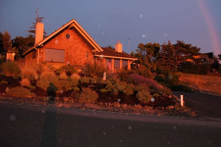 Beach house on Discovery Bay great views - Port Townsend