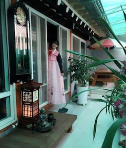 한국의 서민들이 즐겨살았던 곳, 동명동 게스트하우스 - Casa