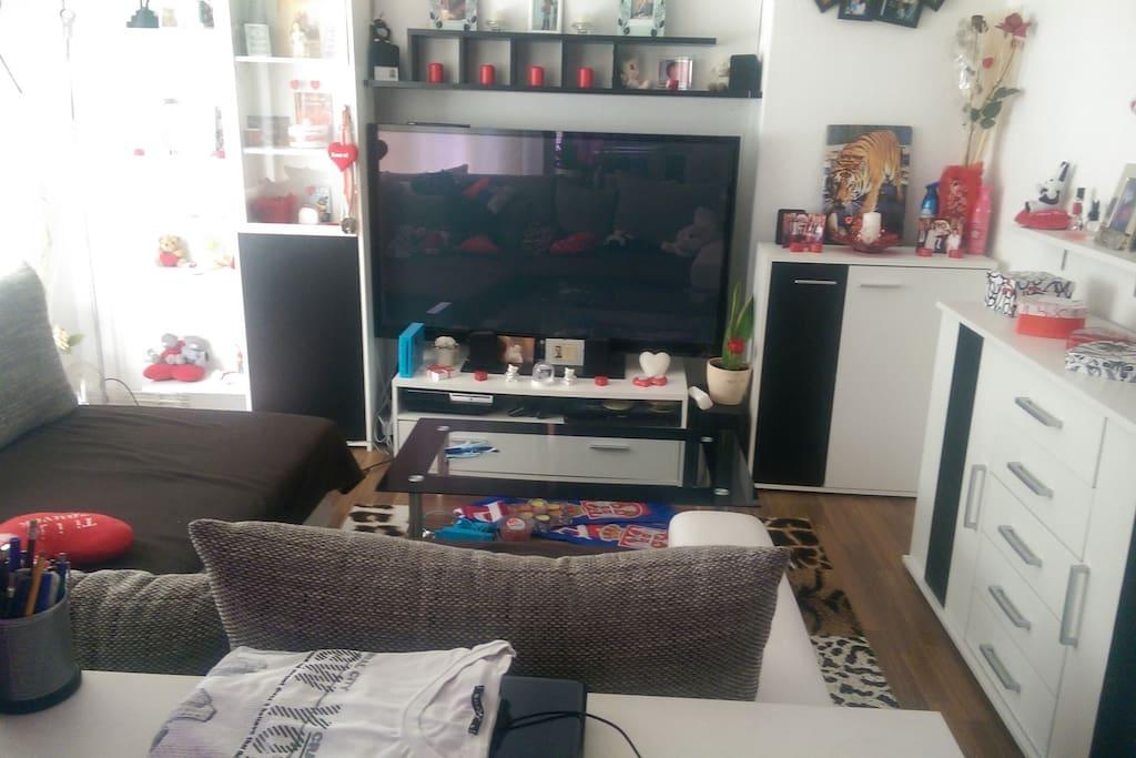 Das Tolle weiße Sofa, (der 60 Zoll Tv ist nicht mehr vorhanden!!!. Nun ein 32 Zoll Tv) Heimkino System + Bluray Player usw runden das gute Ambiente ab. WLAN Könnt ihr frei auch nutzen bei Bedarf.