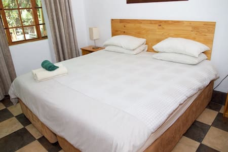 Rooster Apartment 2 R300pppn - Lanseria - Bed & Breakfast