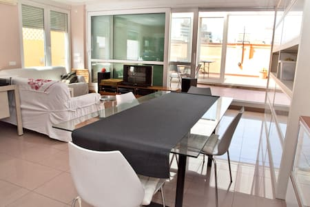 Room (NOT ENTIRE APARTMENT) and large terrace in penthouse with elevator. Air conditioning, sunlight and comfortable room with parquet floor, fully insulated with a large double glazed sliding door.