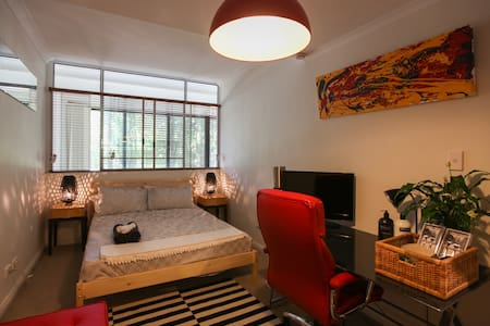 Contemporary Modern Master Bedroom - Chippendale - Çatı Katı
