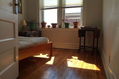 Cozy Flat Urban Garden Steps to NYC Train - Montclair - Other