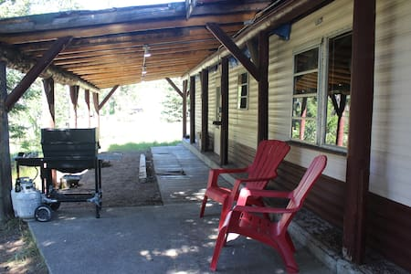 2 Bedroom Home 20 mins. from West Yellowstone WiFi - Casa