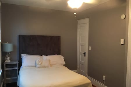 Private bedroom & private bathroom - walk to metro - House