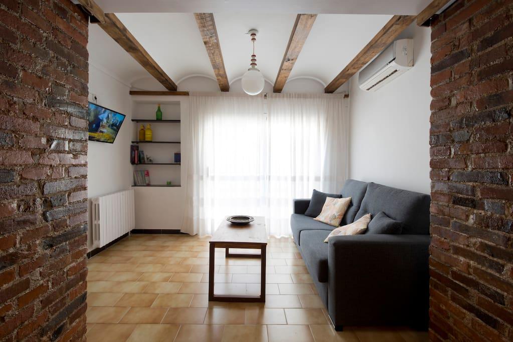 Salon comedor amplio con sofa cama y smart tv