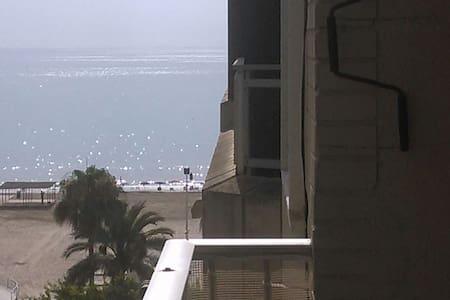 A bright flat, 2 min walk from San Antonio´s Beach - Pis