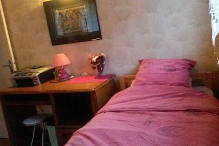 Une petite chambre confortable - Huis