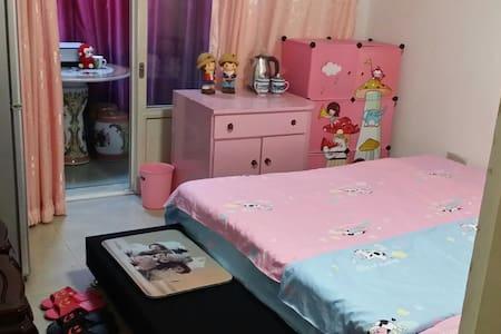 粉色童年温馨小屋,自带阳台A3,交通便捷 - Leilighet