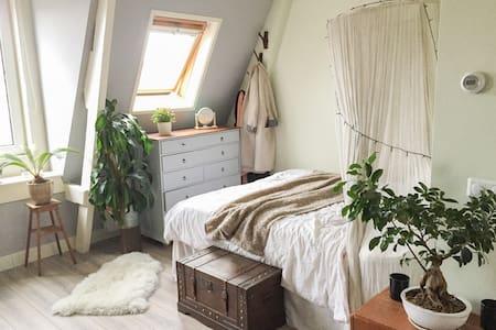 Charming, cozy & bright attic studio - Apartment