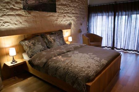 Chambre L'eau, jacuzzi et massages - Charensat - Bed & Breakfast