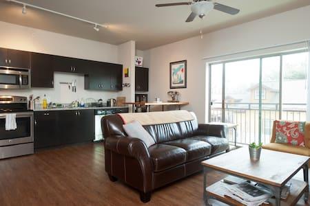Modern 1/1 Apt Heart of East Side - Apartment