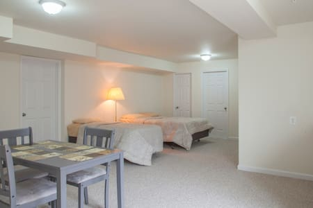 Walkin basement apartment full Bath - Hus