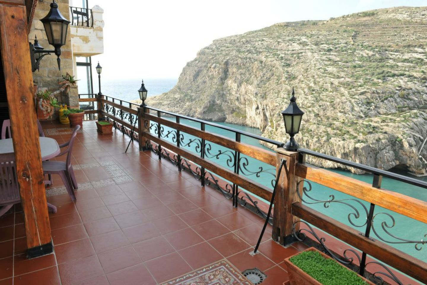 The terrace with a fantastic view to the sea,the bay and all the way to Victoria!
