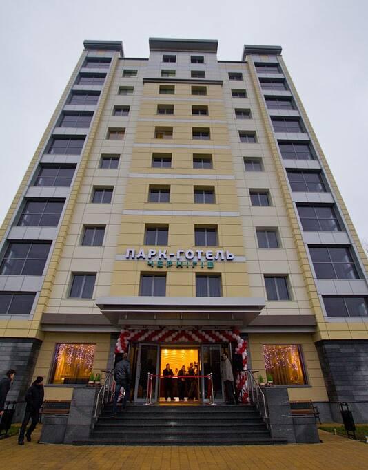В нашем отеле 50 номеров, оборудованых кондиционерами, электронными замками, прямой междугородной и международной связью, кабельным телевидением, мини-барами, сейфами и бесплатным доступом в Интернет.