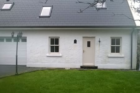 One bedroom ensuite cottage in excellent condition.  Close to the village of Oughterard with its many restaurants and pubs , Lough Corrib and Connemara. Accomodation consists of kitchen/dining/living area, double bedroom with en-suite. Sofa bed also in living area.
