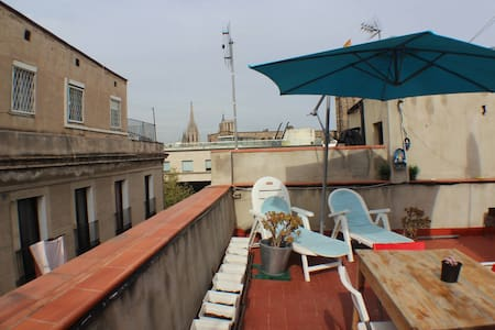 Hi, I have a room, one block from the Rambla and next to Mercado de la Boqueria, the Liceu Theatre, Beach and many places around, Cathedral of Como, 10 minutes walk from the beach and eh port, Bicing and subway