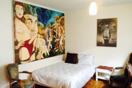 Simple basic, no frills 1 bed / 2 person studio, near Pont-d'Arve tram (very close to the Old Town) - Awkward paintings next to bed. Non-smoking. WiFi & TV not yet functionning.