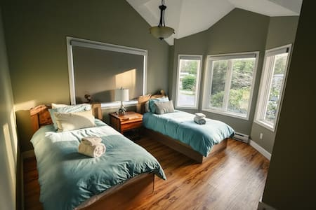 Red Cedar Retreat: 2 Beds+Hot Tub - House