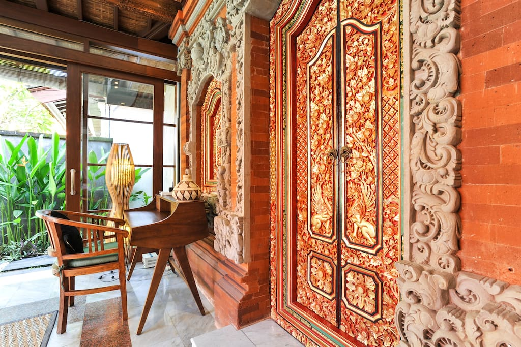 BEAUTIFUL BALINESE TRADITIONAL STONE AND WOOD WORK AT THE ENTRANCE TO THE MAIN BEDROOM.