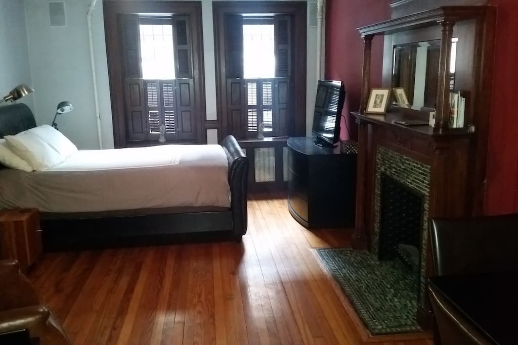 A cozy red room w private bathroom bed breakfasts for for Rooms for rent in nyc with private bathroom