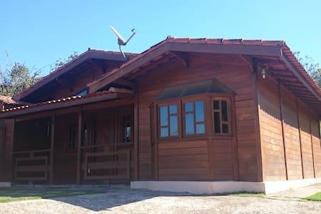 Chalé de madeira com piscina e churrasqueira - Atibaia - Bungalo