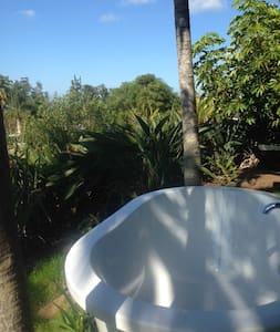 Country Bungalow.  Privacy.  Lush gardens. - Kula - Bed & Breakfast