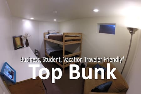 The Traveler's Hub: Cozy Escape/TOP BUNK - Casa