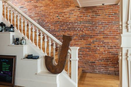 Bricks & Beams Loft in the heart of downtown Salem - Condominium