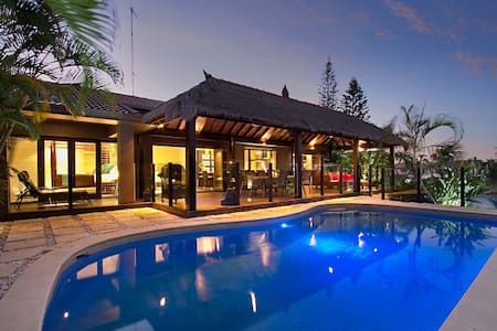 The Bali Hut on water, in Sorrento near Surfers. - Hus