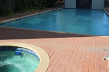 Stay just 10 mins from the City and 10 mins to the Domestic Airport in a nice resort style apartment equipped with swimming pool, sauna, spa and gym. It is located by the river with a lovely walking path and parks nearby. Close to Crown Casino.