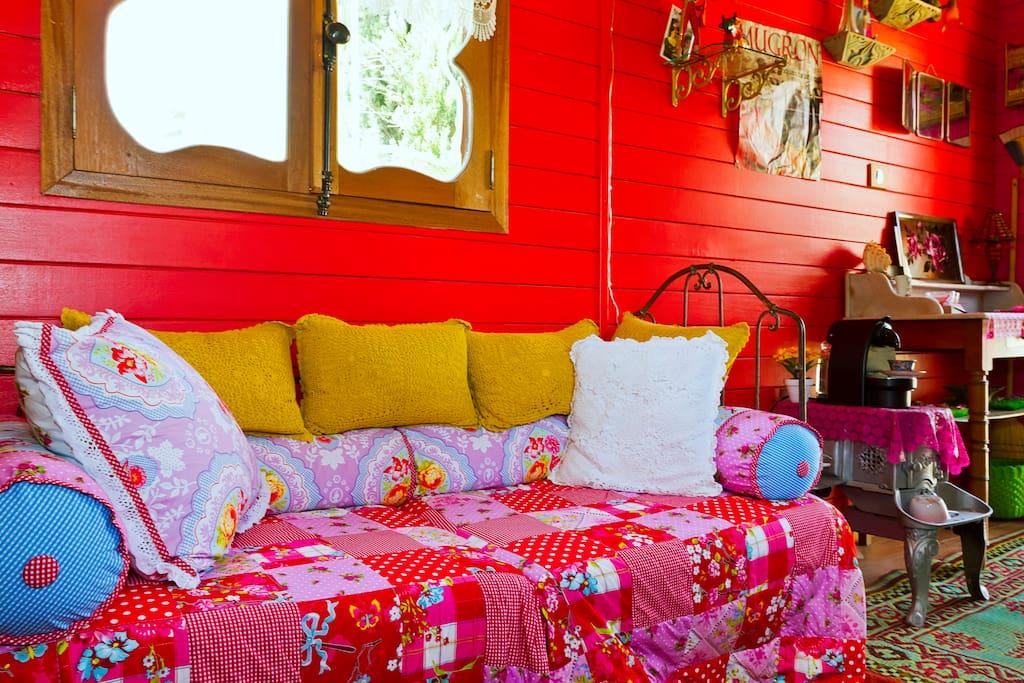 Caravan gipsy queen b b provence paradou gipsy roulotte - Deco roulotte gitane ...