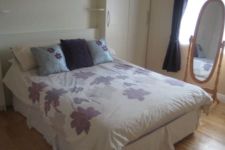 Quiet Double Room in Convenient Location near City - Drumcondra - Dom