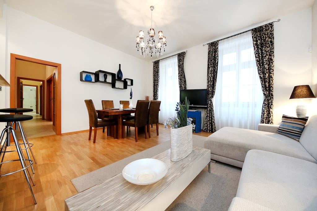 Dining and living area for 6 people